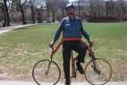 横向骑行的创意自行车