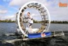 自制海上步行机穿越爱尔兰海的行为艺术
