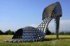 瓢盆锅碗构成的巨型高跟鞋创意雕塑