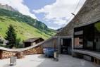 创意建筑设计建在山坡上的屋子