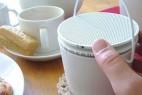 餐桌上的陶瓷收音机