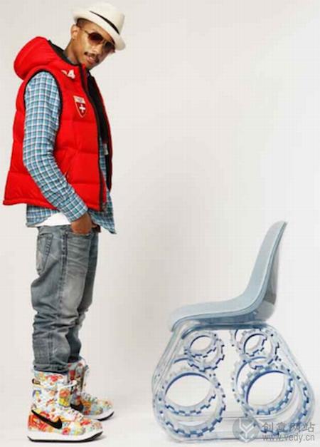齿轮履带样式的透明椅子