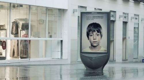 保护儿童的公益广告宣传牌
