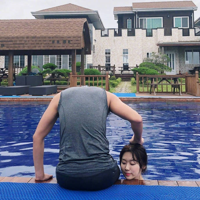 泳池拍摄的创意整蛊照片